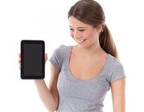 Jovem mulher que mostra o PC da tabuleta Imagens de Stock