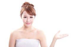 Jovem mulher que mostra o produto de beleza Foto de Stock Royalty Free