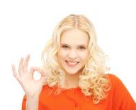 Jovem mulher que mostra o sinal aprovado Fotos de Stock