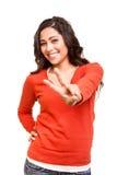 Jovem mulher que mostra o sinal da paz ou da vitória Fotografia de Stock Royalty Free