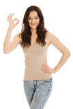 Jovem mulher que mostra o sinal perfeito Fotografia de Stock