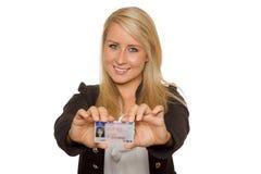 Jovem mulher que mostra sua licença de motorista Foto de Stock Royalty Free