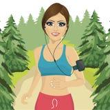 Jovem mulher que movimenta-se na floresta com a fita do smartphone que escuta a lista de músicas da música no telefone celular ap ilustração royalty free