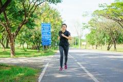 Jovem mulher que movimenta-se na natureza Fotografia de Stock