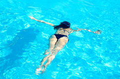 Jovem mulher que nada debaixo d'água na piscina Férias de verão fotos de stock