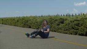 Jovem mulher que obtém ferida ao rollerblading filme