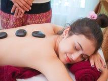 Jovem mulher que obtém a massagem de cara dos termas no salão de beleza foto de stock royalty free