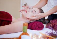 Jovem mulher que obtém a massagem de cara dos termas no salão de beleza fotos de stock royalty free