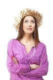 Jovem mulher que olha acima com chapéu de palha Fotografia de Stock Royalty Free