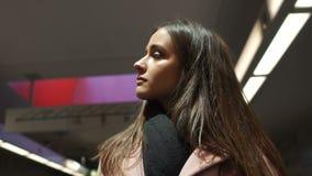 Jovem mulher que olha ao redor, estando no salão espaçoso do centro de grande negócio filme