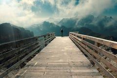 Jovem mulher que olha as montanhas do passeio à beira mar Imagens de Stock Royalty Free