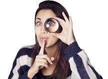 Jovem mulher que olha através da lupa Fotos de Stock