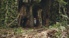 Jovem mulher que olha em torno do forte velho Karang Bolong video estoque