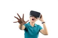 Jovem mulher que olha embora o dispositivo de VR isolado no branco Imagens de Stock