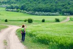 Jovem mulher que olha na distância - as montanhas de Macin, Dobrogea, Romênia, no início da rota chamaram Cozluk imagem de stock royalty free