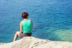 Jovem mulher que olha o mar imagens de stock