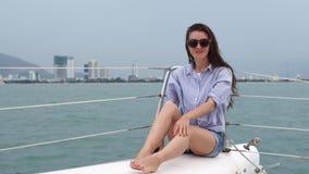 Jovem mulher que olha o oceano ao apreciar um cruzeiro em um iate video estoque
