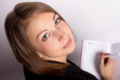 Jovem mulher que olha a opinião superior da tabuleta fotos de stock