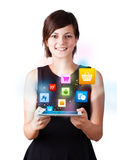 Jovem mulher que olha a tabuleta moderna com ícones coloridos ilustração stock