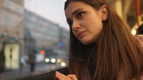 Jovem mulher que olha tristemente para fora a janela do ônibus, a depressão de sofrimento e a solidão filme