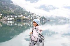Jovem mulher que olha, vista bonita ODDA, Noruega fotografia de stock royalty free