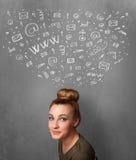 Jovem mulher que pensa com ícones sociais da rede acima de sua cabeça Fotografia de Stock Royalty Free