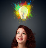 Jovem mulher que pensa com a ampola acima de sua cabeça Imagens de Stock Royalty Free