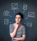 Jovem mulher que pensa com os dispositivos tirados em torno de sua cabeça Fotografia de Stock