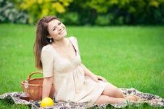 Jovem mulher que picnicing no parque Fotos de Stock