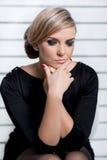 Jovem mulher que pondering o trabalho Imagem de Stock