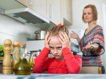 Jovem mulher que prega a filha pequena Foto de Stock
