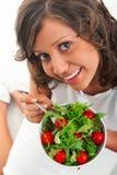 Jovem mulher que prepara a salada healhty imagem de stock royalty free