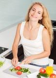 Jovem mulher que prepara a salada vegetal fotografia de stock royalty free