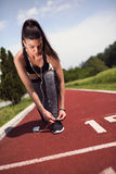 Jovem mulher que prepara-se para correr Foto de Stock Royalty Free