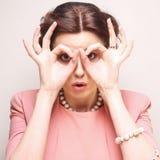 A jovem mulher que procura algo com os olhos largamente abertos e imagina Fotografia de Stock Royalty Free