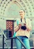 Jovem mulher que procura o mapa no telefone fotos de stock royalty free