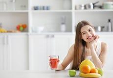 Jovem mulher que prova o suco fresco imagens de stock royalty free