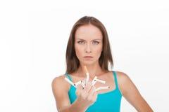 Jovem mulher que quebra acima o cigarro isolado no fundo branco Fotografia de Stock