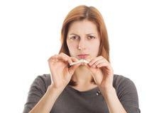 Jovem mulher que quebra um cigarro na aversão Fotos de Stock Royalty Free