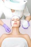 Jovem mulher que recebe o tratamento facial Imagens de Stock