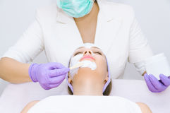 Jovem mulher que recebe o tratamento facial Imagem de Stock