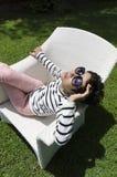Jovem mulher que relaxa Fotografia de Stock