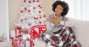 Jovem mulher que relaxa em casa sobre o Natal fotos de stock