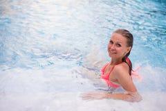 Jovem mulher que relaxa em termas do Jacuzzi no hotel de luxo fotografia de stock royalty free
