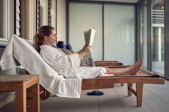 Jovem mulher que relaxa em uns termas Imagens de Stock Royalty Free
