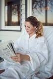 Jovem mulher que relaxa em uns termas Fotos de Stock Royalty Free