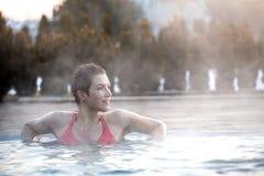 Jovem mulher que relaxa na associação térmica imagem de stock royalty free