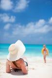 Jovem mulher que relaxa na praia Fotografia de Stock