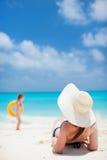 Jovem mulher que relaxa na praia Imagens de Stock Royalty Free