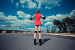 Jovem mulher que rollerblading Fotografia de Stock Royalty Free